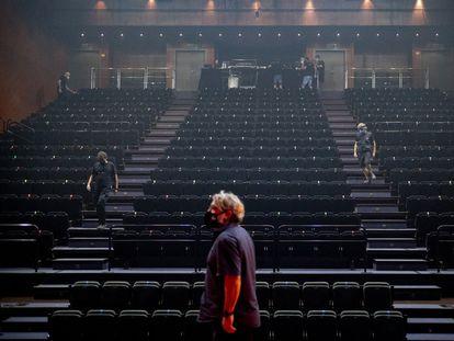 El Teatro Central de Sevilla prepara sus gradas antes de una actuación durante la pandemia.