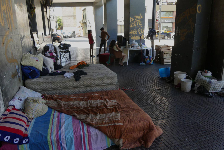 Una familia vive en los soportales de la avenida Leandro N. Alem, cerca de la Casa Rosada, Buenos Aires, Argentina.