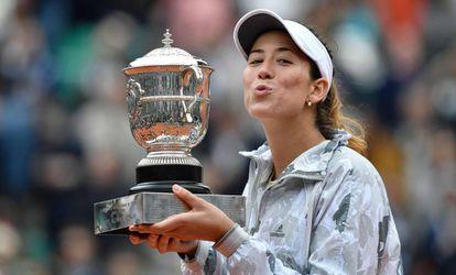 Muguruza besa el trofeo de campeona de Roland Garros.