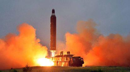 Corea del Norte lanza un misil balístico Hwasong-10 en junio de 2016.