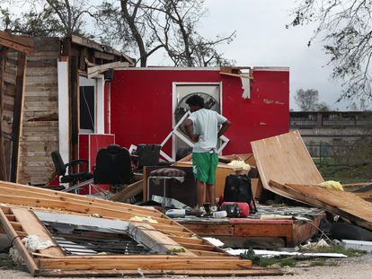 Un habitante de la ciudad de Lake Charles, en Luisiana, revisa los restos de la peluquería de su tío tras el paso del huracán Laura.