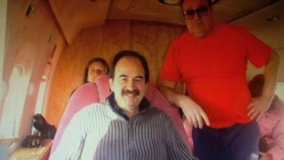 Xavier Crespo (delante) viaja en un avión junto a Andrei Petrov.