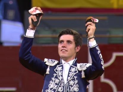 Guillermo Hermoso de Mendoza, con las dos orejas del último toro.
