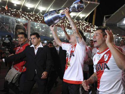 Andrés D'Alessandro levanta la Copa Argentina como capitán de River Plate.