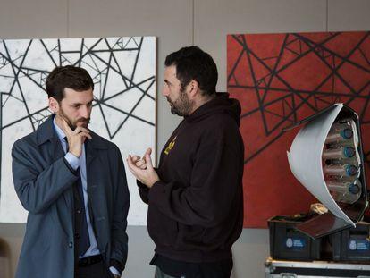 Raúl Arévalo atiende a Daniel Calparsoro en el rodaje de 'Cien años de perdón'.