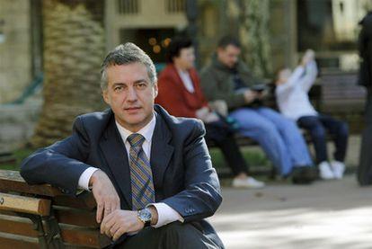Iñigo Urkullu posa en un banco del parque ubicado junto a la sede central de su partido, en Bilbao.