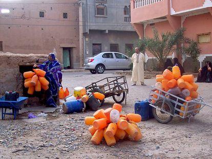 Vecinos de Zagora, en el sur de Marruecos, esperando a llenar las garrafas de agua en un pozo público que presenta escasez
