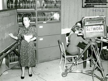 Ida Rhodes, durante la grabación de una entrevista en 1960.