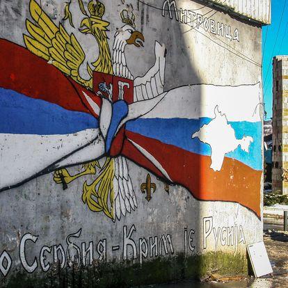 """Mural en el norte de Mitrovica con el mensaje """"Kosovo es Serbia, Crimea es Rusia"""",  el pasado lunes."""