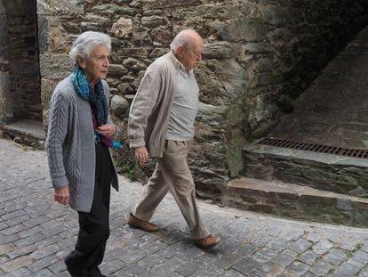 El expresidente de Cataluña Jordi Pujol y su mujer Mart Ferrusola paseando en Queralbs.