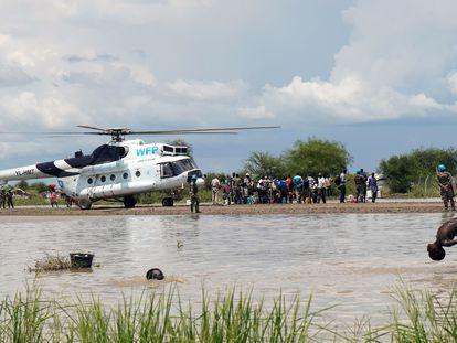 Unos niños se bañan en una zona inundada cercana al lugar de aterrizaje de un avión del Programa Mundial de Alimentos cargado de ayuda humanitaria en Pibor, Sudán del Sur, el 6 de octubre de 2020.