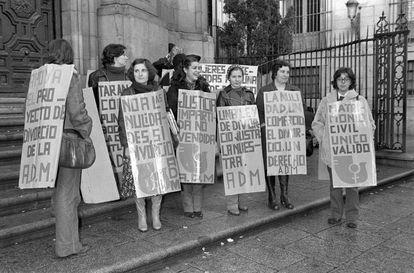 Varias feministas apoyan con pancartas al grupo de miembros de la