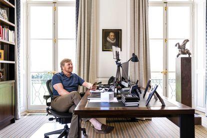 El rey Guillermo de los Países Bajosen su despacho de trabajo en el Palacio Huis te, n Bosch de La Haya (Holanda).