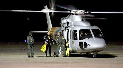 Un equipo de rescate aterriza en el aeropuerto de Almería durante las tareas de búsqueda de los tres personas desaparecidos.