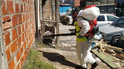Un equipo gubernamental desinfecta las calles y las casas de un barrios popular en Argentina para combatir el dengue.