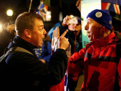 Dos británicos se enfrentan verbalmente por el Brexit.