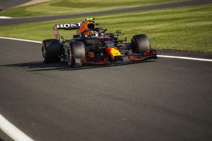 El auto RB16B del mexicano Checo Pérez, en el circuito de Silverstone, este domingo.