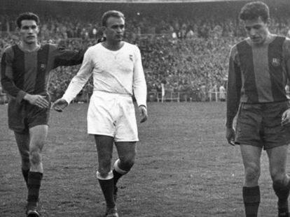 Di Stéfano se retira felicitado por Segarra. Les acompañan Bosch y Basora.