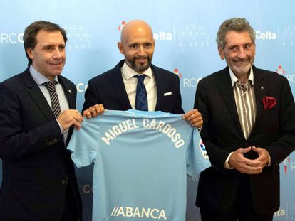 El entrenador portugués Miguel Cardoso posa con Felipe Miñambres y Carlos Mouriño, director deportivo y presidente del Celta.