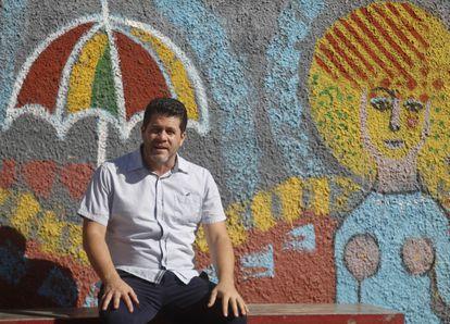 El economista cubano Ricardo Torres en una calle de La Habana, después de la entrevista con EL PAÍS.