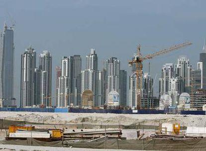 Imagen de un conjunto de rascacielos, varios de ellos en construcción, en Dubai.