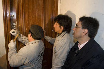 Un propietario regresa a su piso en Barcelona tras la ocupación del mismo por una familia chilena