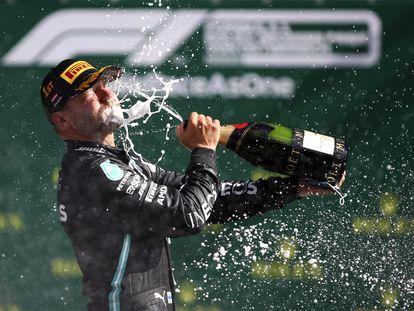 Valtteri Bottas celebra su victoria con una botella de champán este domingo en el Gran Premio de Austria.