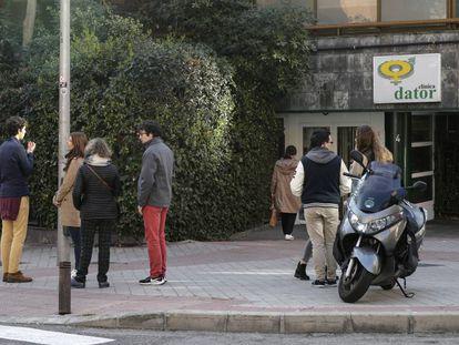 Antiabortistas frente a la clínica Dator, a la espera de la llegada de alguna mujer.