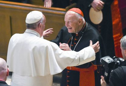 El papa Francisco (de espaldas) saluda al cardenal y arzobispo emérito Theodore McCarrick, en septiembre de 2015 en Washington.
