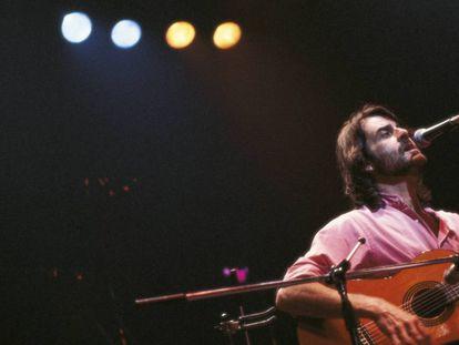 Luis Eduardo Aute durante un concierto en 1983. Incorporó 'Rosas en el mar' a la mayoría de sus conciertos desde finales de los sesenta.