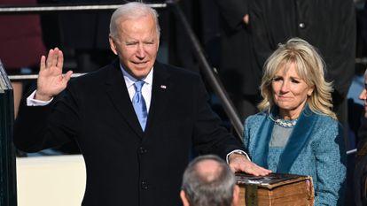 Joe Biden jura sobre la Biblia como presidente de EE UU en presencia de su esposa Jill, el 20 de enero de 2021.