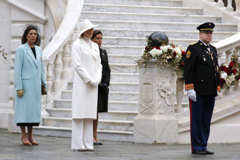 Alberto de Mónaco, seguido de su esposa, la princesa Charlene, y de sus hermanas, Carolina y Estefanía.