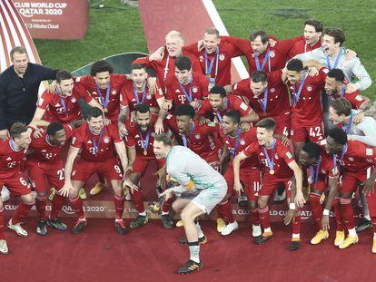 Neuer levanta el título de campeones del Mundial de Clubes.