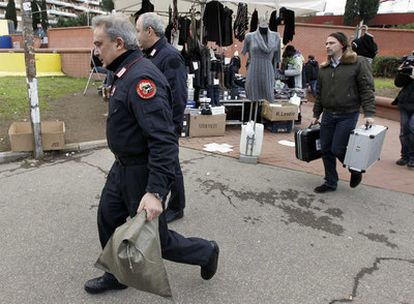 La policía italiana saca parte de su equipo de la estación de tren de Roma donde ha sido encontrado el paquete sospechoso.