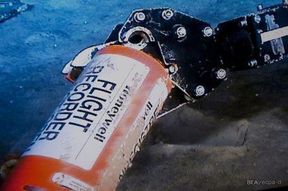 Un robot de la BEA rescata la unidad de memoria de una de las cajas negras del avión de Air France desaparecido en 2009 cuando volaba de Brasil a Francia.