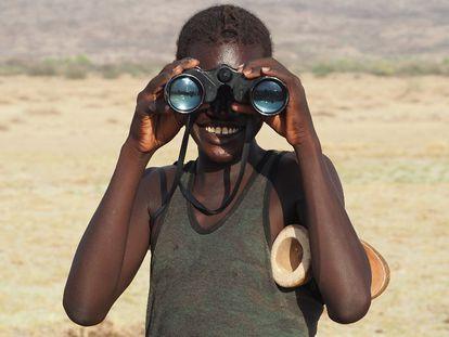 Un miembro de la tribu daasanach observando con unos prismáticos.