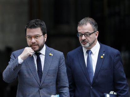El vicepresidente de la Generalitat, Pere Aragonés, a la izquierda, acompañado por el consejero de Acció Exterior, Alfred Bosch, en una imagen de archivo.