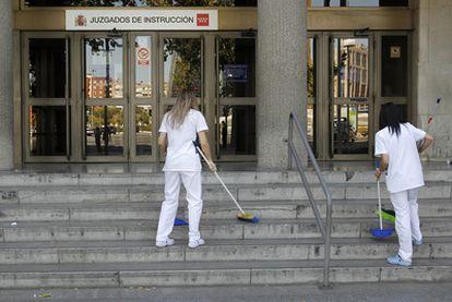 Dos trabajadoras de Esabe limpian las escaleras de los juzgados de plaza de Castilla.