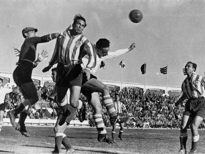 Pachón y Castillo despejan el balón ante la atenta mirada de Humanes en el partido de Liga Primera División entre el Atlético de Tetuán y el Santander (5-1), en el Estadio Varela de Tetuán el 20/01/1952.