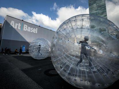 'Tears', una performance de la artista británica Monster Chetwynd, que se representa en la explanada del recinto ferial de Art Basel, en Basilea (Suiza).