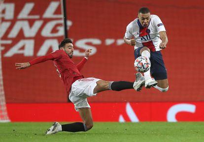 Bruno Fernandes (I) disputa el balón a Mbappe en el partido de Champions entre Manchester y PSG.