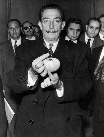 Dalí mostrando la capacidad pictórica del erizo.