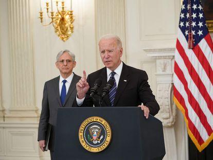 El fiscal general de EE UU, Merrick Garland, observa al presidente Joe Biden mientras se dirige a la nación.