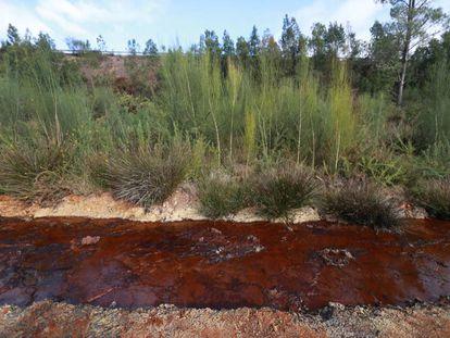 Drenaje ácido en un arroyo próximo a la vieja explotación de cobre de Touro, donde se proyecta una nueva mina.