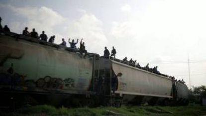 Varios migrantes viajan a bordo de La Bestia.