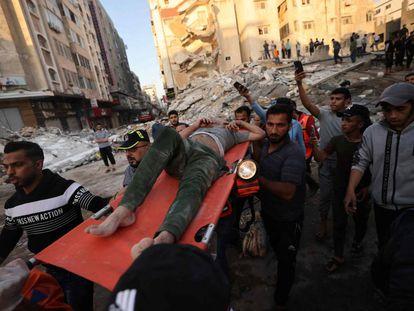 Un superviviente es rescatado entre los escombros de un edificio en Gaza.