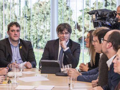 FOTO: Carles Puigdemont junto al presidente del PDeCAT, David Bonheví, en la denominada Casa de la República de Waterloo, este lunes. / VÍDEO Declaraciones de Puigdemont, este lunes, sobre los Presupuestos.