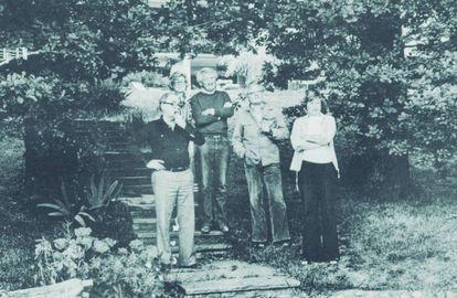 Max Frisch, Hildegard Unseld, Jürgen Habermas, Martin Walser y Ute Habermas en junio de 1977 en el lago de Costanza, viendo nadar a Siegfried Unseld, director de la editorial Suhrkamp, en la que el filósofo ejercía como asesor.