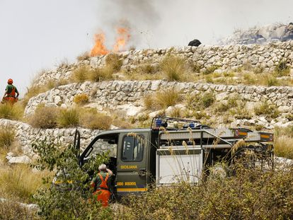 Los equipos de extinción luchan para apagar un fuego en Ragusa (Sicilia), el jueves.