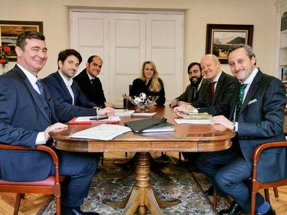 Los promotores del centro de ISSEP en Madrid: el primero a la derecha es Kiko Méndez-Monasterio; el segundo a la izquierda, Gabriel Ariza. Al fondo, Marione Maréchal-Le Pen. A su derecha, Javier Tebas Llanas.